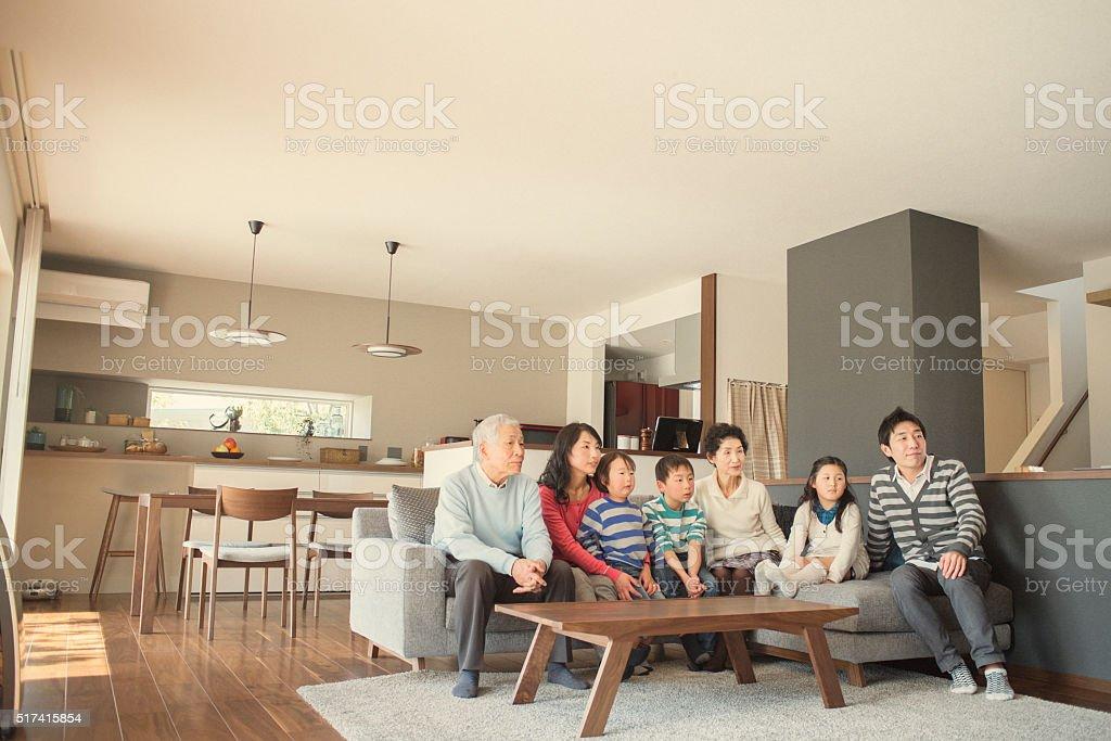 Multigenerationenfamilie Vor Dem Fernseher Im Wohnzimmer Stock