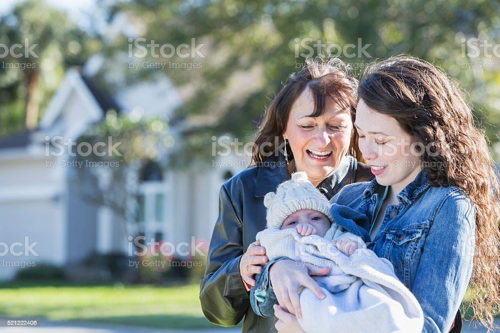 Múltiples generaciones familia con bebé niño fuera de casa - foto de stock