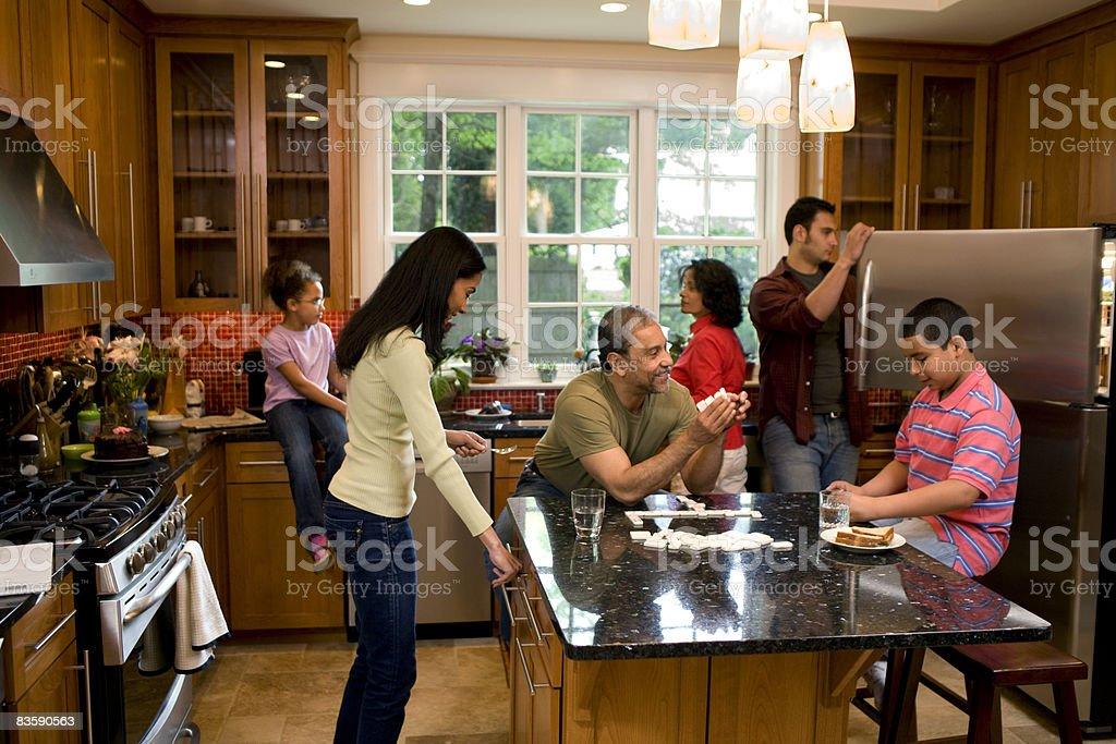 Multigenerational family  in kitchen royalty free stockfoto