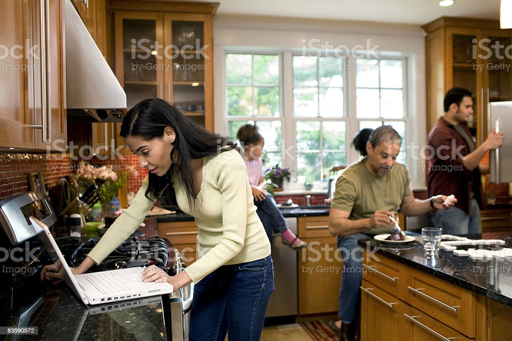 Multigenerational family in kitchen royaltyfri bildbanksbilder