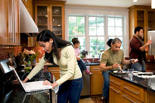 mit der ganzen familie in der küche - kinderküche zubehör stock-fotos und bilder
