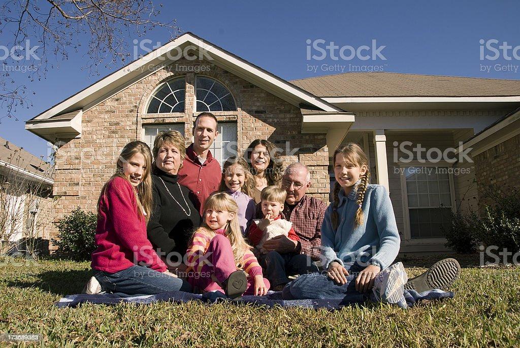 Multi-générationnelle famille assis sur la pelouse - Photo