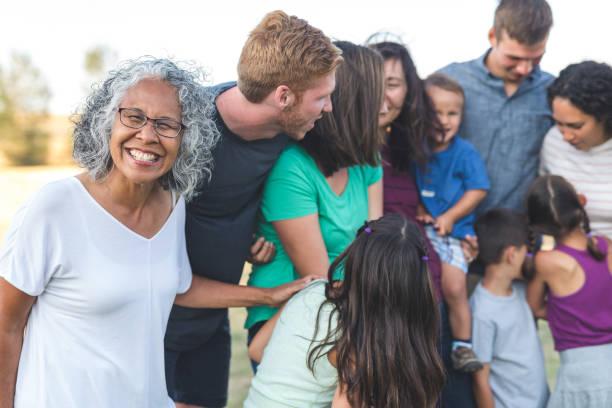 mehrgenerationenübergreifendes familienfoto - sommerfest kindergarten stock-fotos und bilder