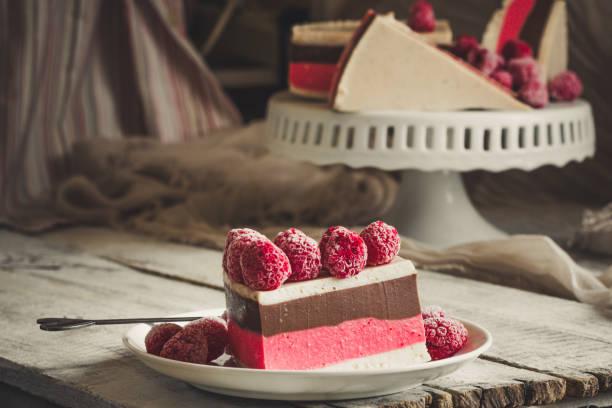 mehrschichtige gelee kuchen - dessert mit beeren und schokolade (käsekuchen) - himbeer mascarpone dessert stock-fotos und bilder