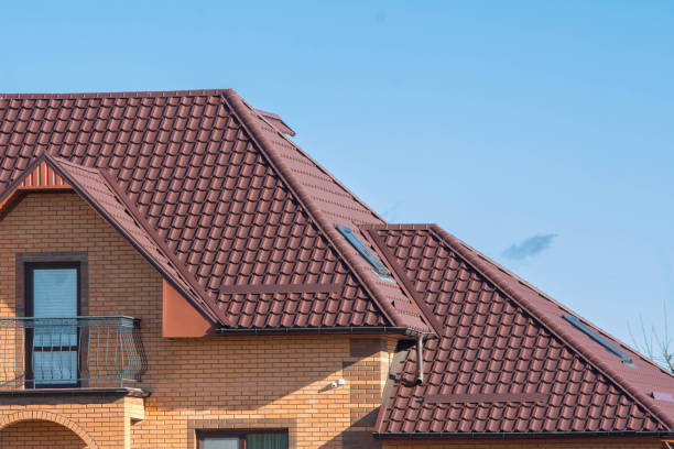 multinivel techo bajo balcón con tragaluces de ático - tejado fotografías e imágenes de stock