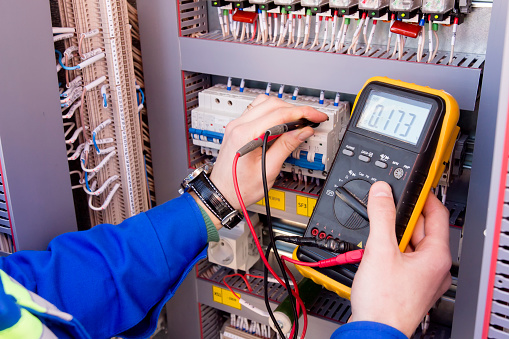 Multimeter Is In Hands Of Engineer In Electrical Cabinet Adjustment Of Automated Control System For Industrial Equipment Control Cabinets Electrician Measures Voltage By Tester - zdjęcia stockowe i więcej obrazów Bezpieczeństwo