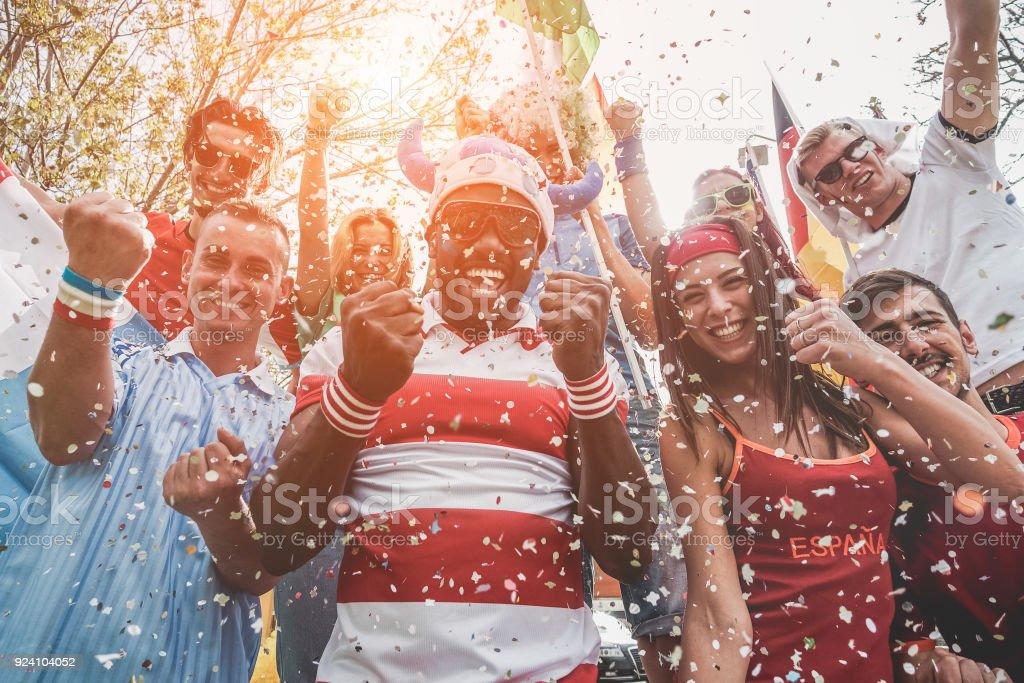 Multinationale Fußball-Fans feiern den Beginn der Welt Konkurrenz - glückliche multirassische Menschen gemeinsam Spaß zu haben, außerhalb der Stadion - Schwerpunkt schwarzer Mann - Sport und Verklebung Konzept – Foto