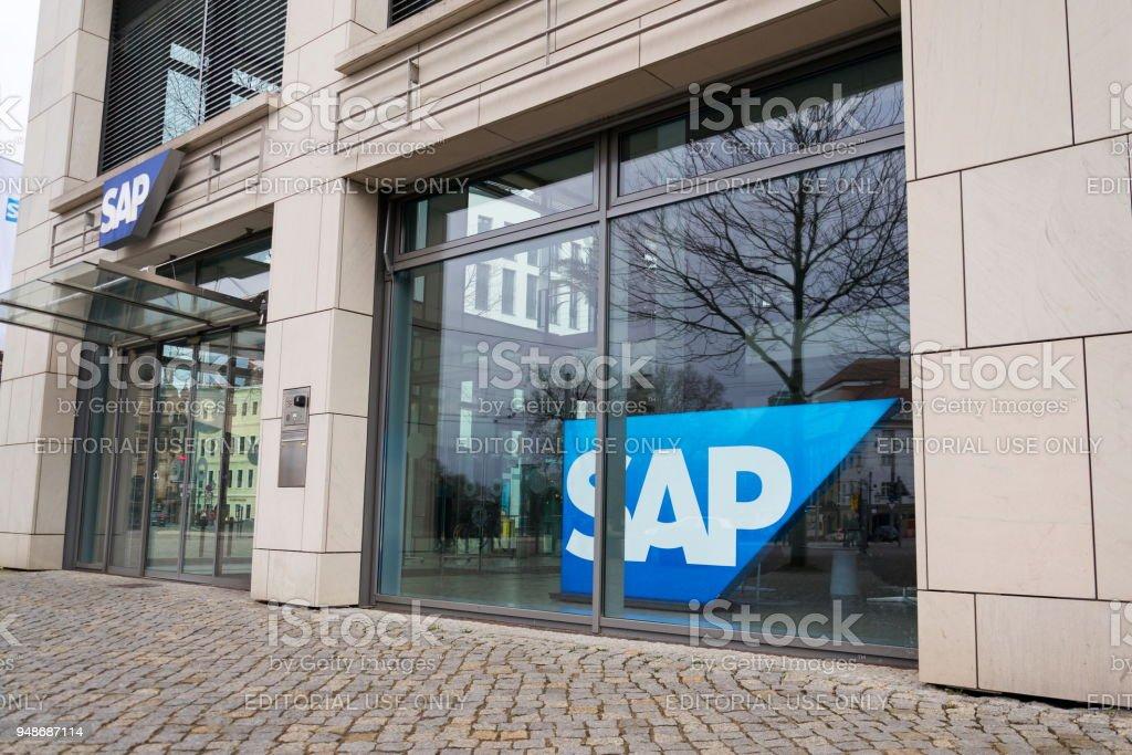 SAP-multinationale Software Corporation Logo auf Hochhaus in Dresden, Deutschland – Foto