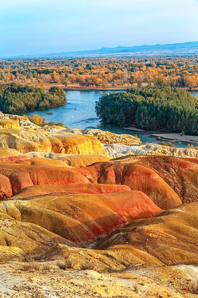multiple color beach near berjin, xinjiang, china - państwowy rezerwat przyrody altay zdjęcia i obrazy z banku zdjęć