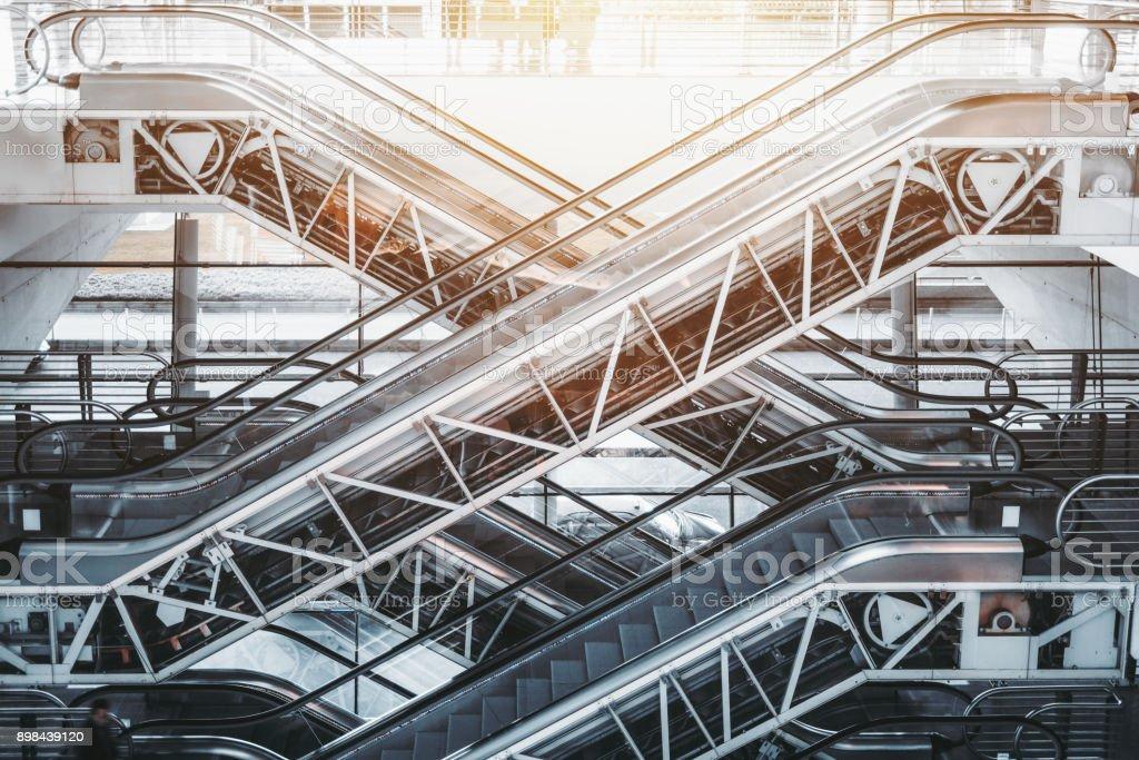 Mehreren Rolltreppen in Porto Flughafen-terminal – Foto