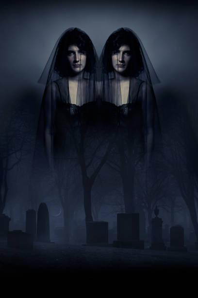 mehreren exposition bild von spooky eineiigen zwillingen eindringlichen einen nebligen friedhof - siamesische zwillinge stock-fotos und bilder