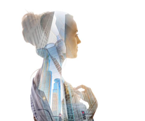 Mehrfachbelichtung einer Frau und Stadtbild – Foto