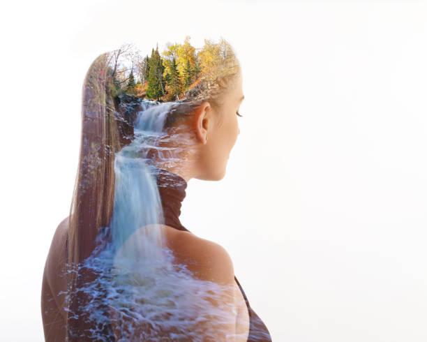 Mehrfachbelichtung von junger Frau und Wasserfall – Foto