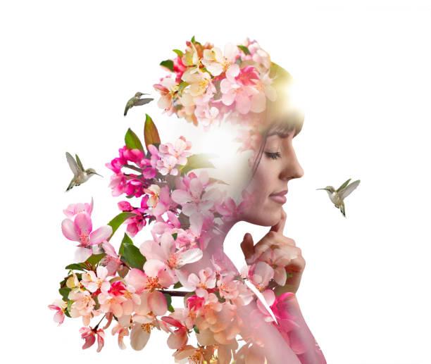 Mehrfachbelichtung von jungen Frauen, Apfelblüten und Kolibris – Foto
