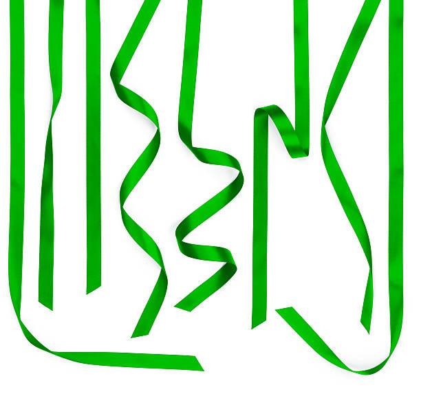 plusieurs bandes en ruban de satin vert isolé sur blanc - ruban mercerie photos et images de collection