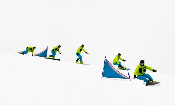 Mehrere Bild junge Snowboarder beim Riesenslalom-Training durch die Tore – Foto