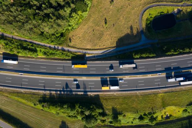 Mehrere Spur Autobahn mit Semi Trucks von oben – Foto