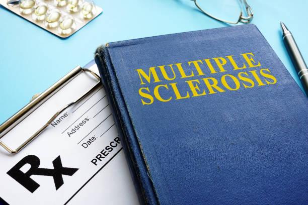 Multiple Sklerose MS Buch und Rezept und Stift. – Foto