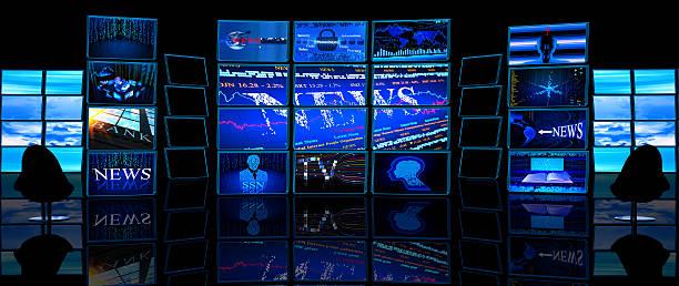 Plusieurs écrans de télévision Afficher les actualités dans un studio sombre - Photo