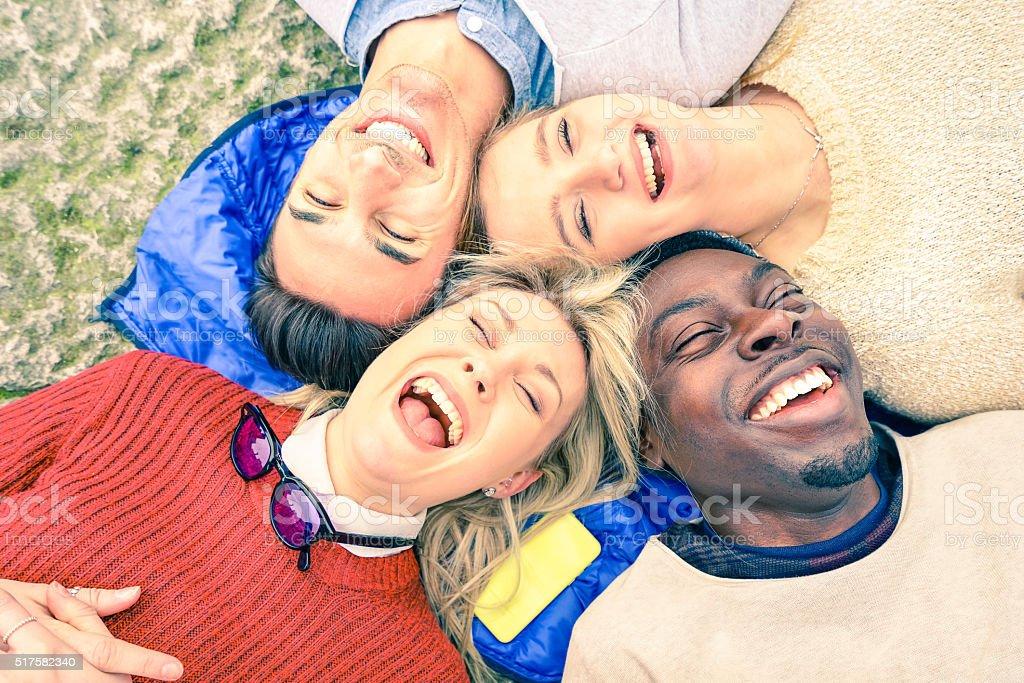 Przyjaciół Wielorasowe dobrze się bawiąc się i śmiać się razem na świeżym powietrzu – zdjęcie
