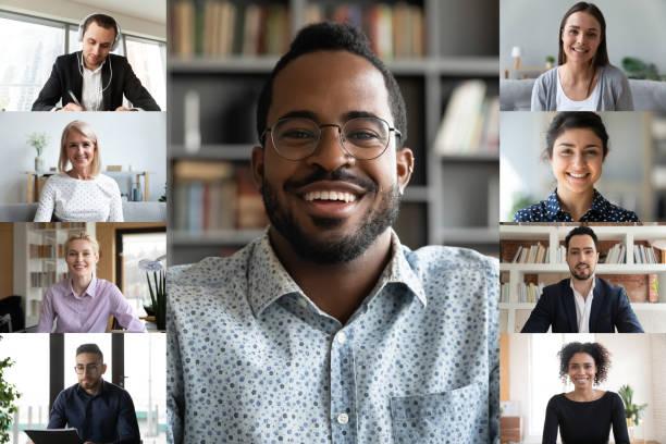Multiracial Kollegen haben Webcam Online-Briefing auf dem Computer – Foto