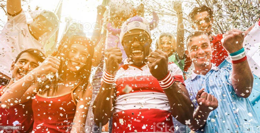 Gemischtrassig Fußballfans feiern beginnen der Welt Konkurrenz - glückliche multirassische Menschen gemeinsam Spaß zu haben, außerhalb der Stadion - Schwerpunkt auf schwarzer Mann Gesicht - Sport und Verklebung Konzept – Foto