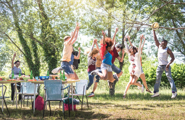 rasenfreunde springen auf grill-pic nic garten party-freundschaft multikulturelles konzept mit jungen glücklichen menschen spaß am tanzen in der frühlingspause camp festiva-bright warmen filter - tanz camp stock-fotos und bilder