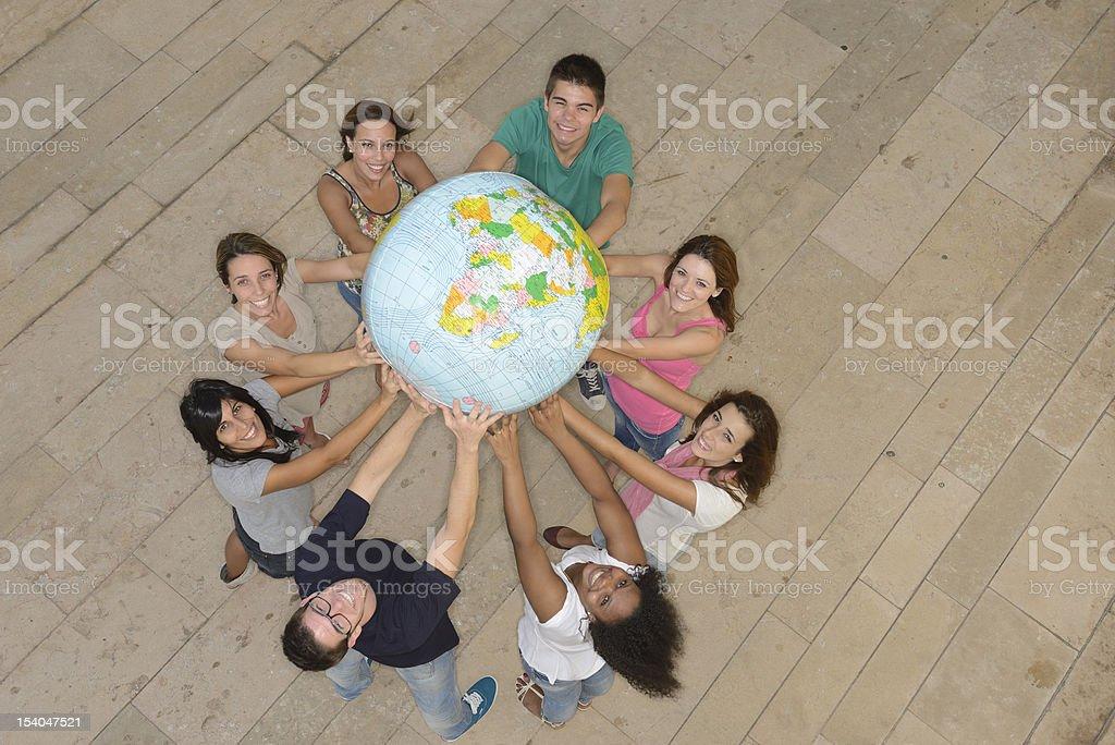 Grupo multirracial sosteniendo el globo de tierra - foto de stock