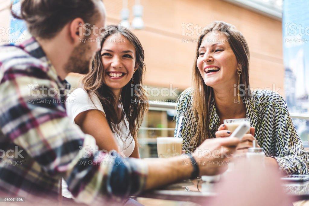 Multiracial group of friends having a coffee together - Lizenzfrei Asiatischer und Indischer Abstammung Stock-Foto