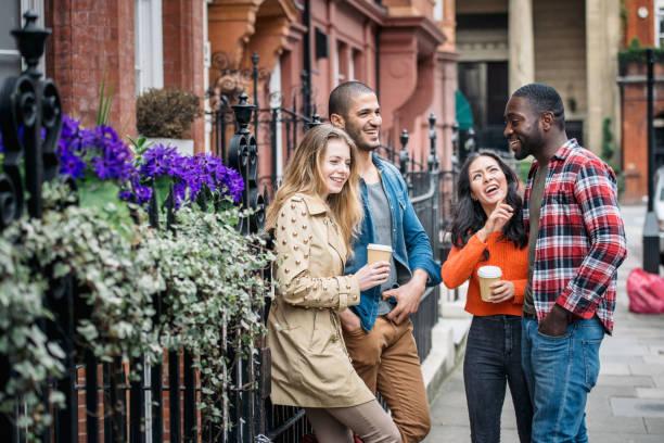Eine Gruppe von Rassen Freunde Spaß haben gemeinsam in London – Foto