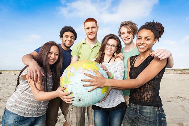 multiracial ご友人のグループに、世界地図の世界 - 地球の写真 ストックフォトと画像