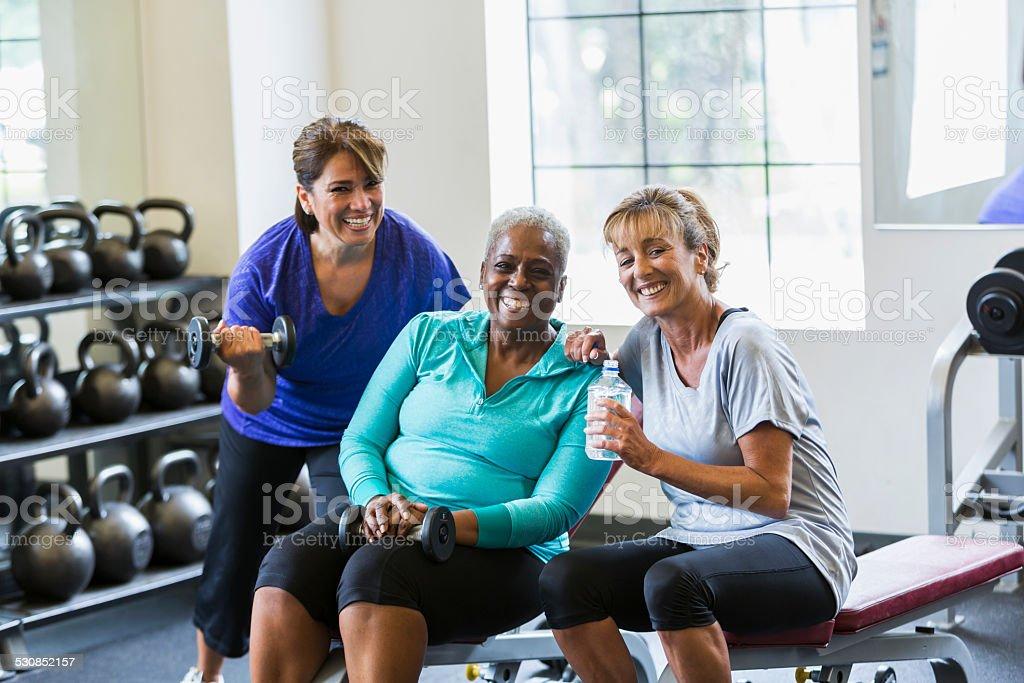 Gruppo multirazziale di donna matura al centro fitness - foto stock