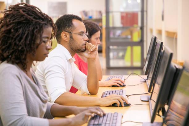 電腦課堂培訓的多種族學生群體 - 成年人 個照片及圖片檔
