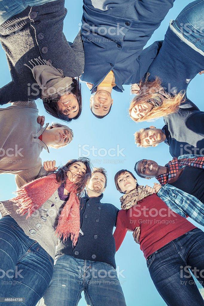 Multiraciale de gens tenant les mains dans un cercle, faible Angle vue - Photo