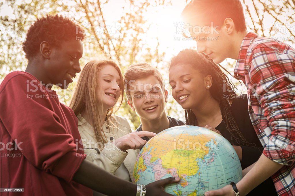 Rassen Teen paar Holding Welt-Karte-stock – Foto