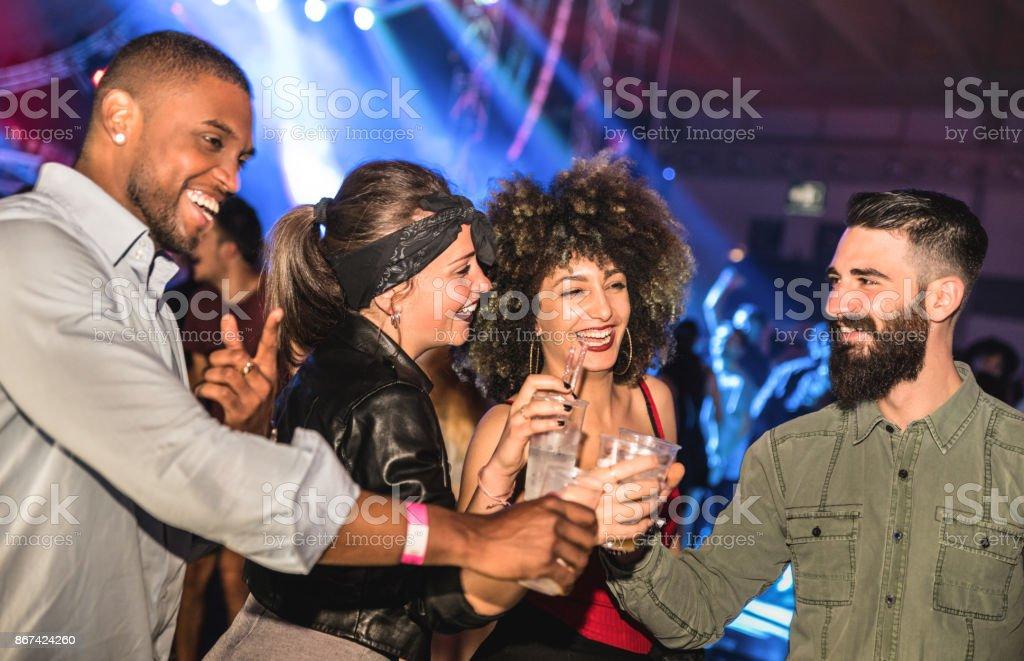 Multiraciales jeunes amis danser au concept ivre de vie nocturne - Happy people s'amusant fou dans la discothèque après la fête - nuit club avec afterparty gars et les filles célébrant au concert événement festival - Photo