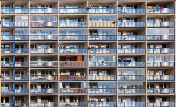 Casa de varios pisos con balcones. El concepto de la vida en la ciudad moderna - foto de stock