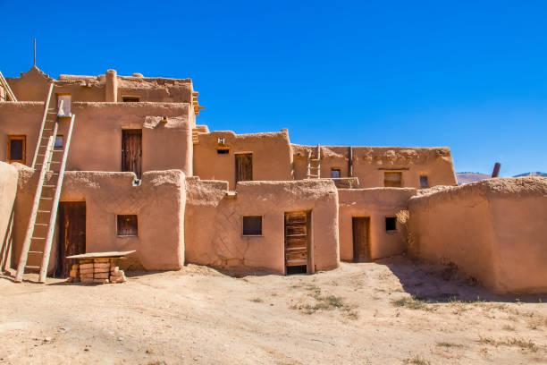 bâtiments de plusieurs étages adobe de pueblo de taos au nouveau-mexique où les populations autochtones sont toujours vivants après plus de mille ans - adobe photos et images de collection