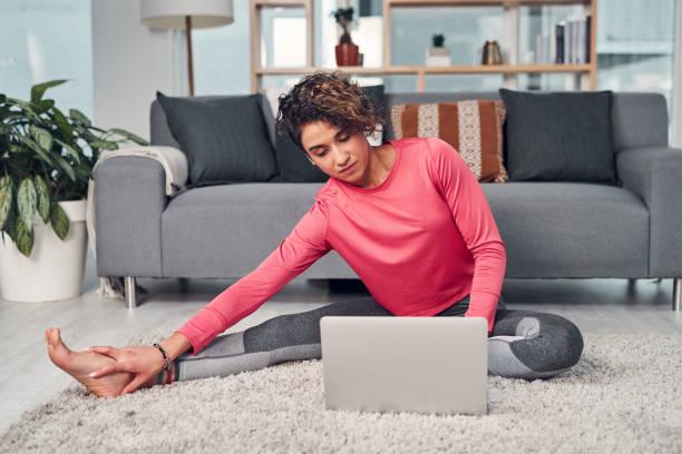 multitasking is het eenvoudigste wat ik ooit heb gedaan - yoga stockfoto's en -beelden