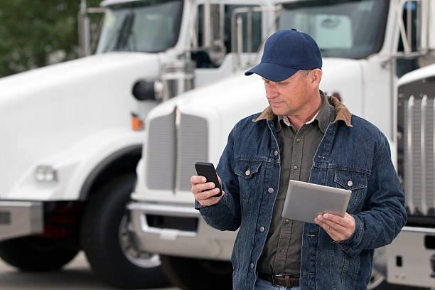 multitarea conductor de camión - conductor de autobús fotografías e imágenes de stock