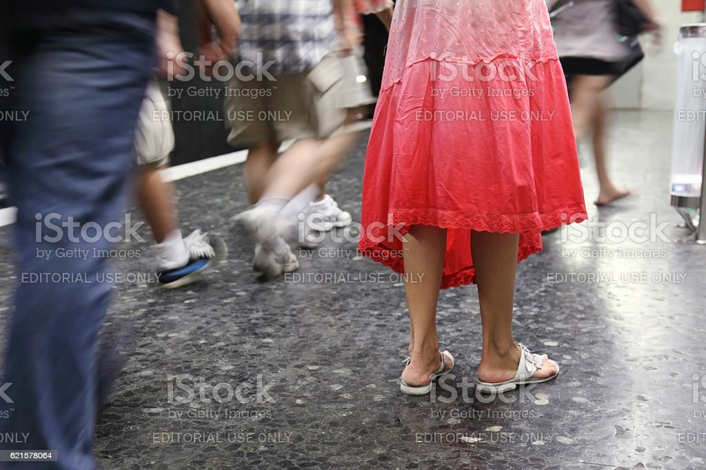 Multitude of legs on the streets in Barcelona photo libre de droits