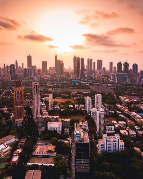 mumbai stadsgezicht in de zomers - mumbai stockfoto's en -beelden