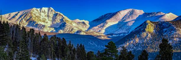 mummy range at sunrise, rocky mountain national park, colorado, usa - estes park foto e immagini stock