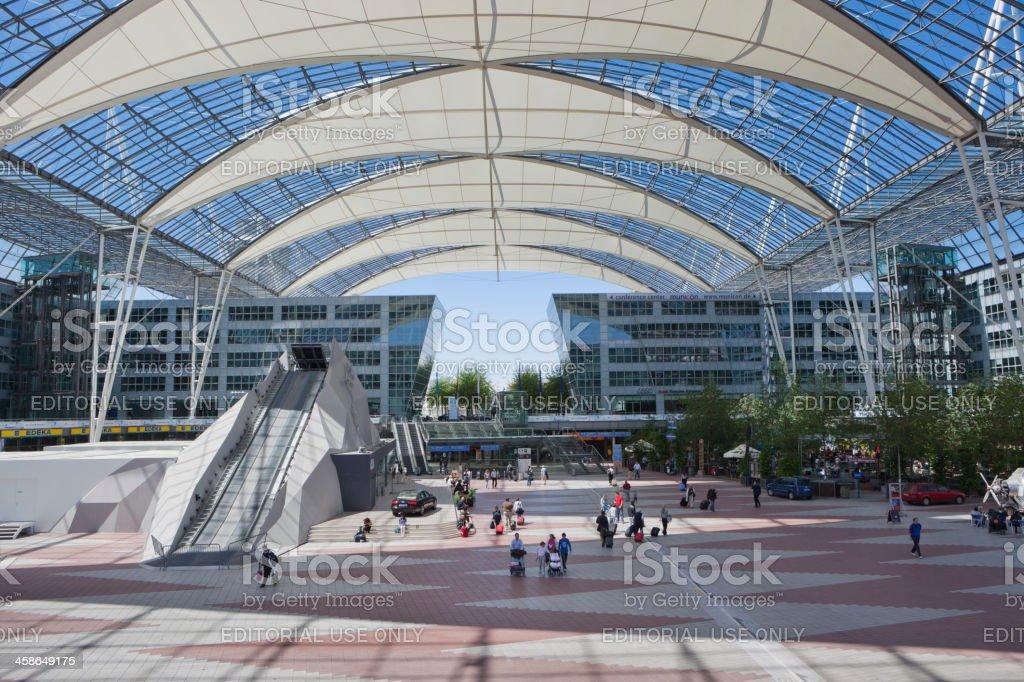 Aeropuerto de Munich-square, entre las terminales 1 y 2 - foto de stock