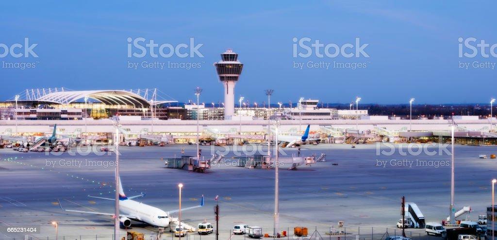 Aeropuerto de Munich al atardecer, Alemania - foto de stock