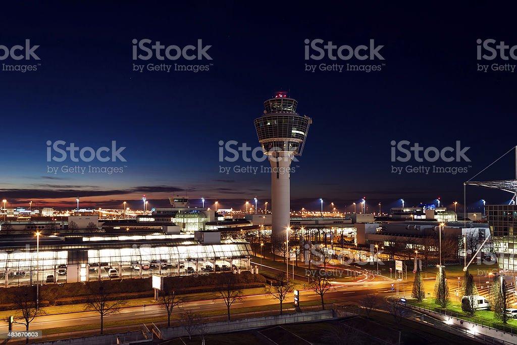 Aeropuerto de Munich en la noche - foto de stock