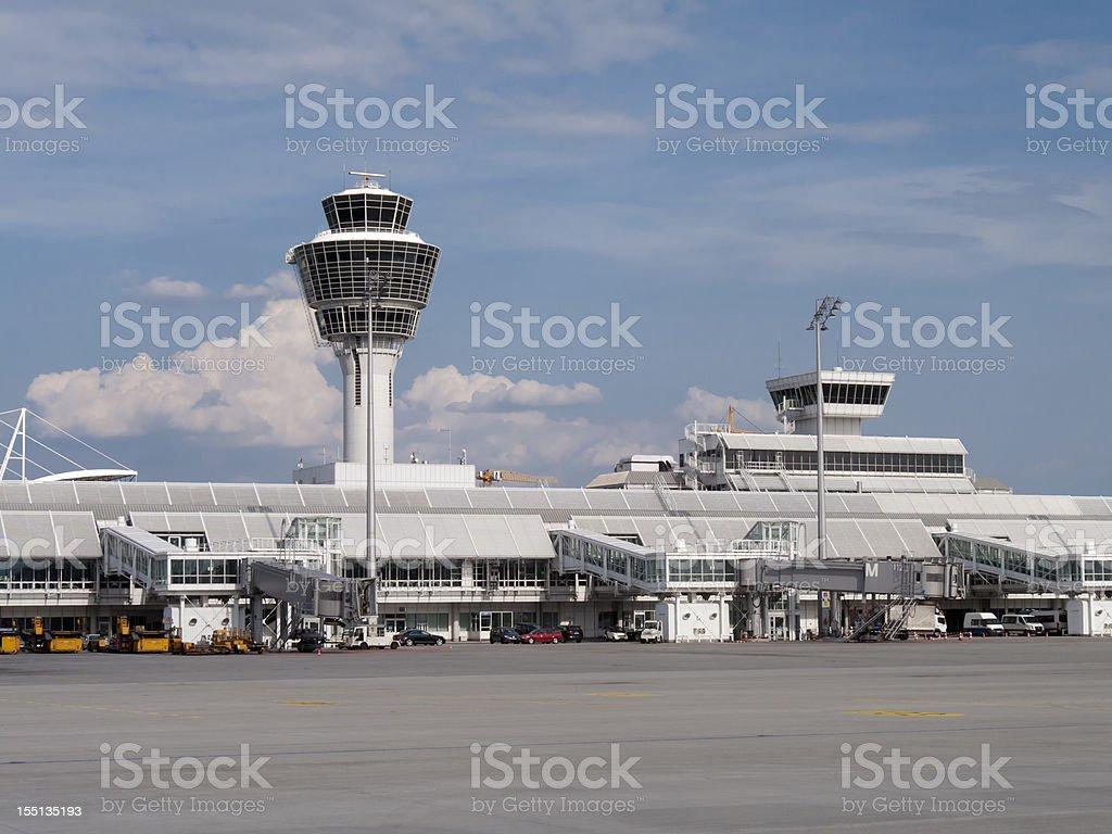 Aeropuerto de Munich tower y puertas, Alemania - foto de stock