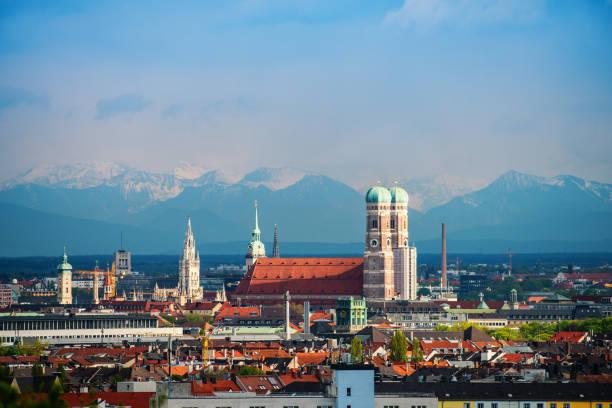 münchen-alpen-panorama - münchner frauenkirche stock-fotos und bilder