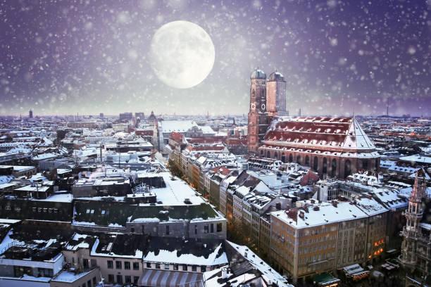 münchen zur weihnachtszeit - weihnachtsfeier münchen stock-fotos und bilder