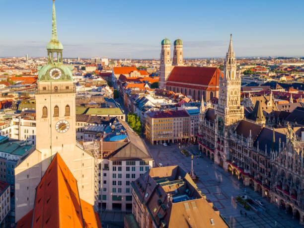 münchen katedralen st. peter's church och nya rådhuset vid marienplatz, tyskland - sankt peterskyrkan münchen bildbanksfoton och bilder